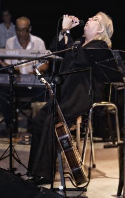 Homenaje de Sara González a Juan Almeida Bosque en Santa Clara